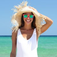Mujer con gafas de sol en la playa