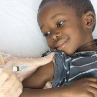 Niño vacunándose. Día Mundial de la Salud.
